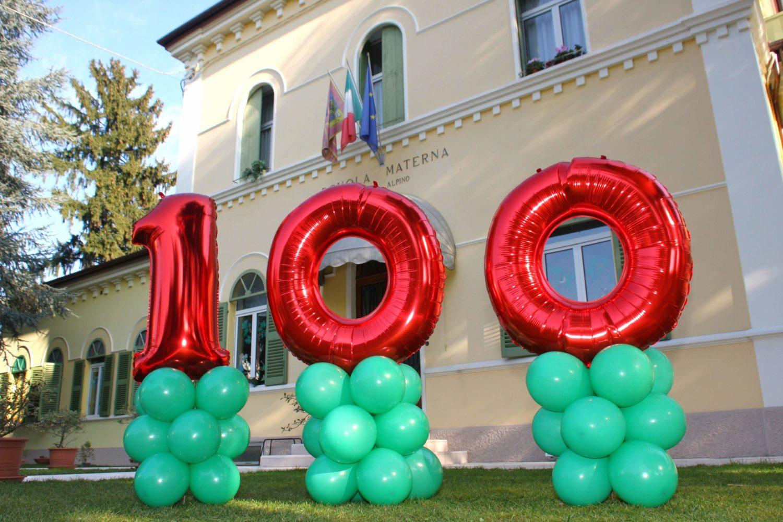 Palloncini con il numero 100 nel giardino della scuola per la festa dei 100 anni nel 2014